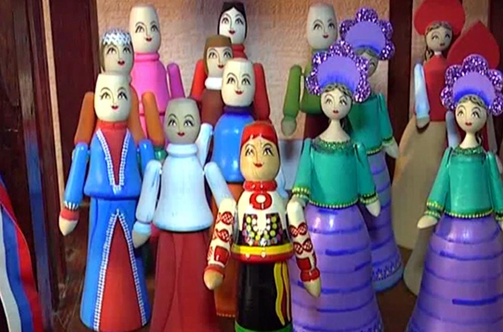 Производство расписных деревянных кукол