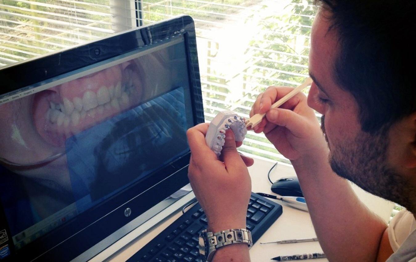 Зубной врач открыл свою клинику