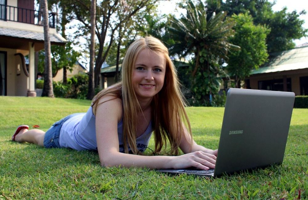 Интернет бизнес лёжа на траве