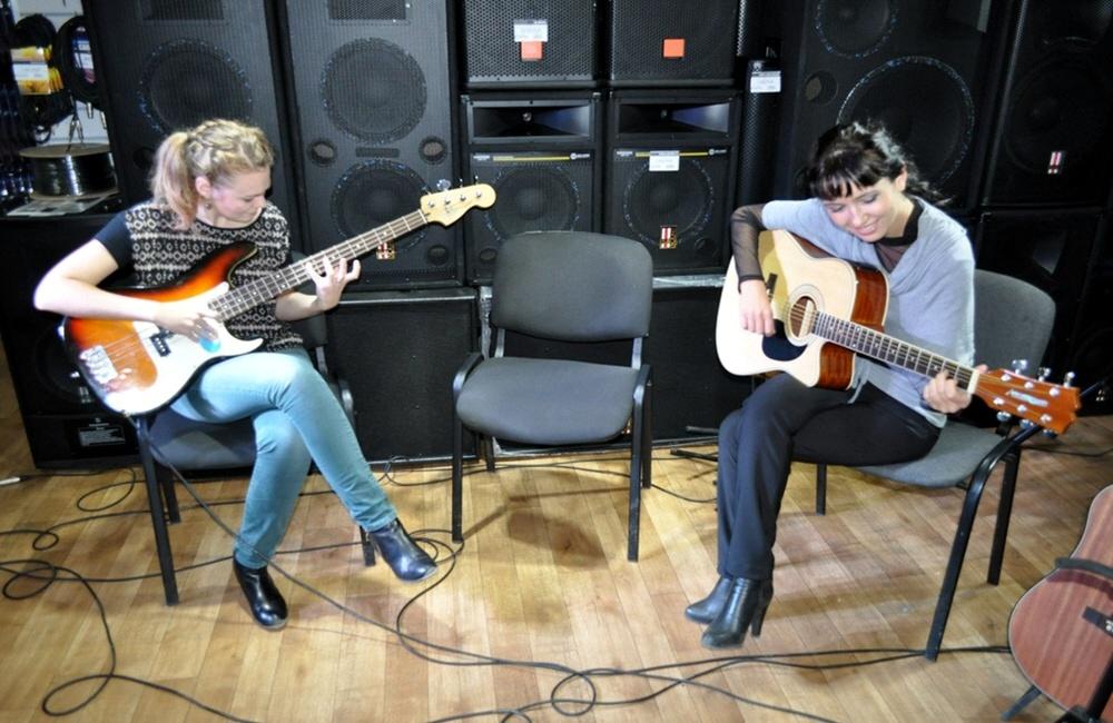 Как девушке научиться играть на гитаре